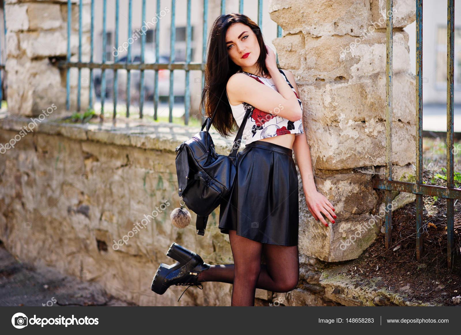 Взрослая брюнетка в кожаной юбке фото, порнушки онлайн ролики
