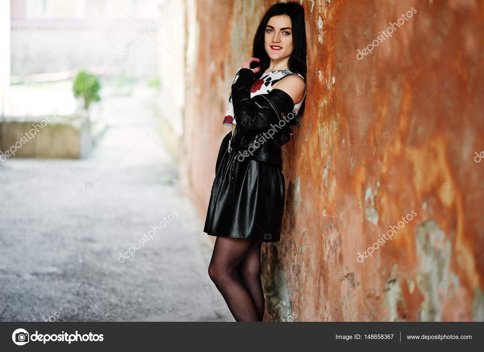 molodaya-na-ulitse-v-kolgotkah-i-yubke-foto