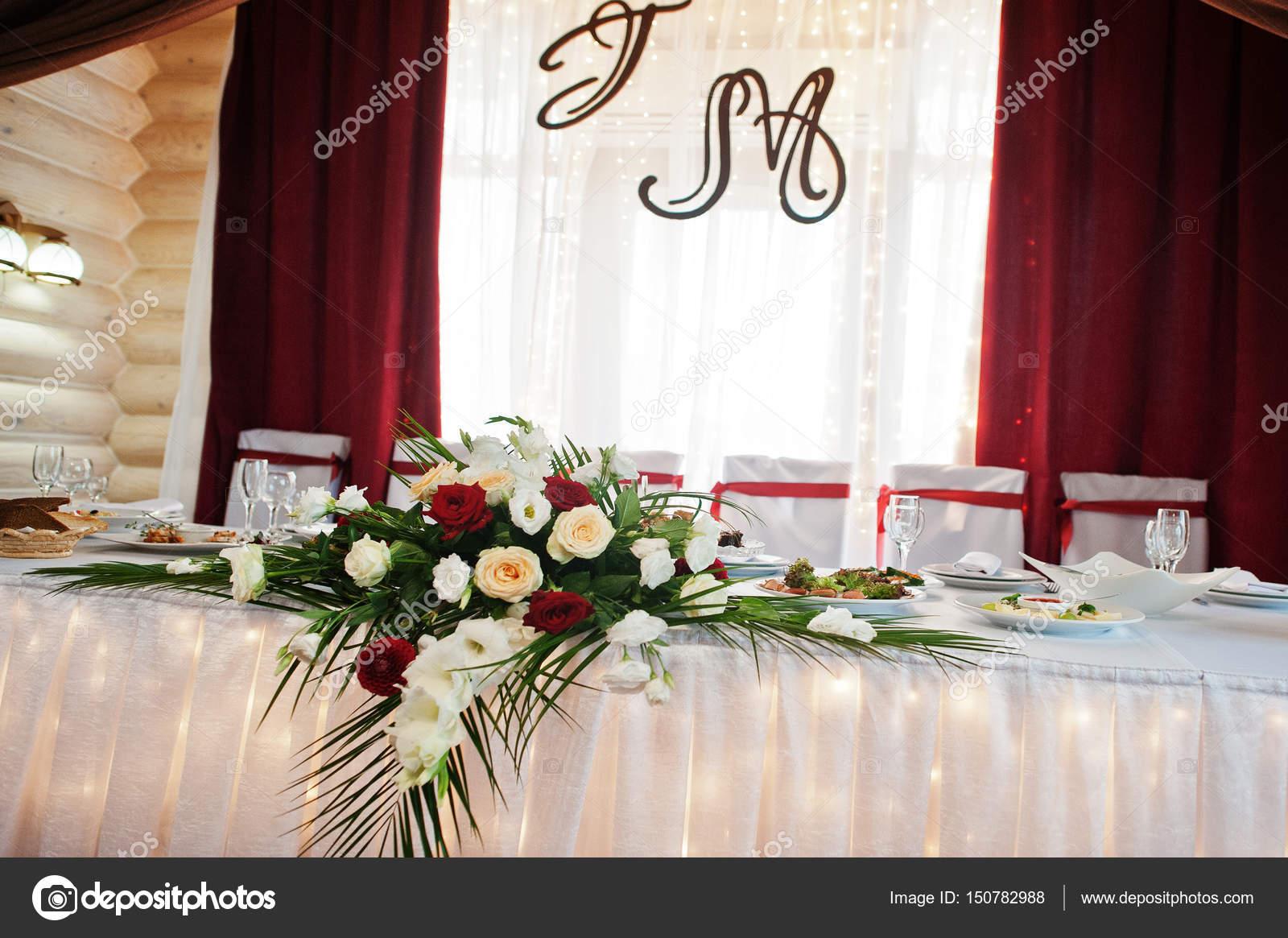Hochzeitstisch Des Brautpaares Mit Dekoration Und Blumen Stockfoto