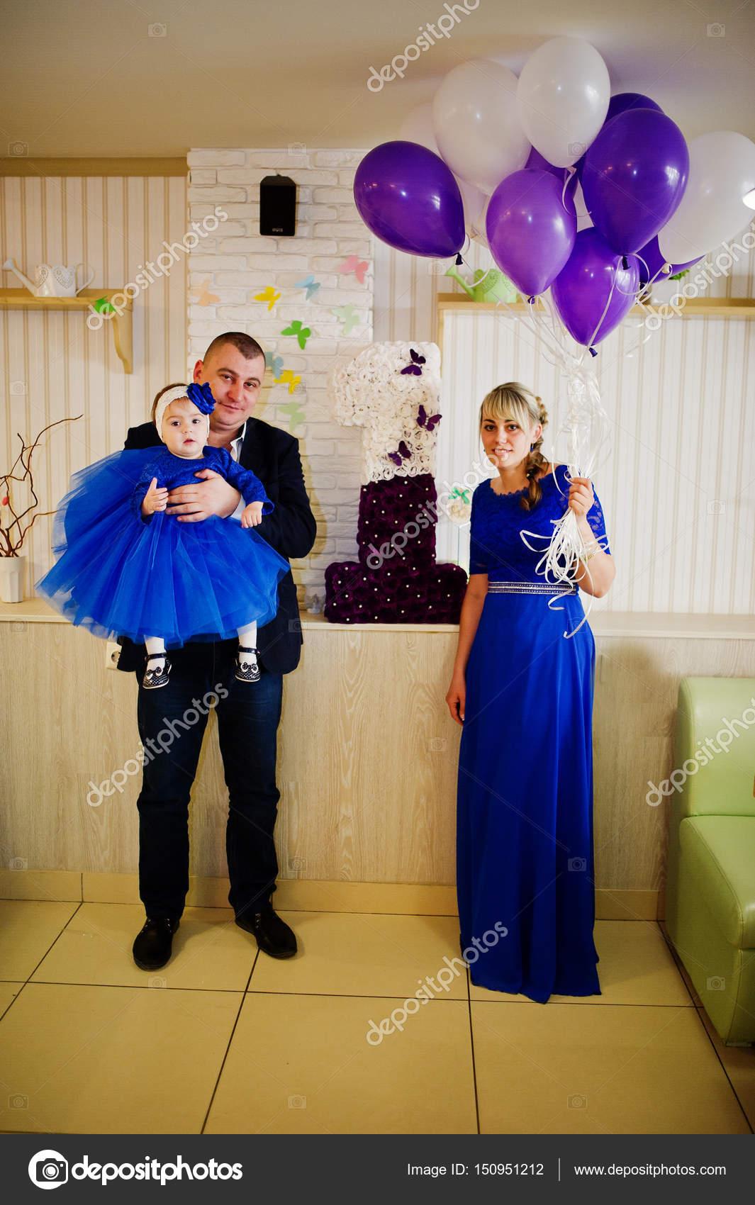 Niedliche kleine Baby Mädchen im blauen Kleid auf den Händen der ...