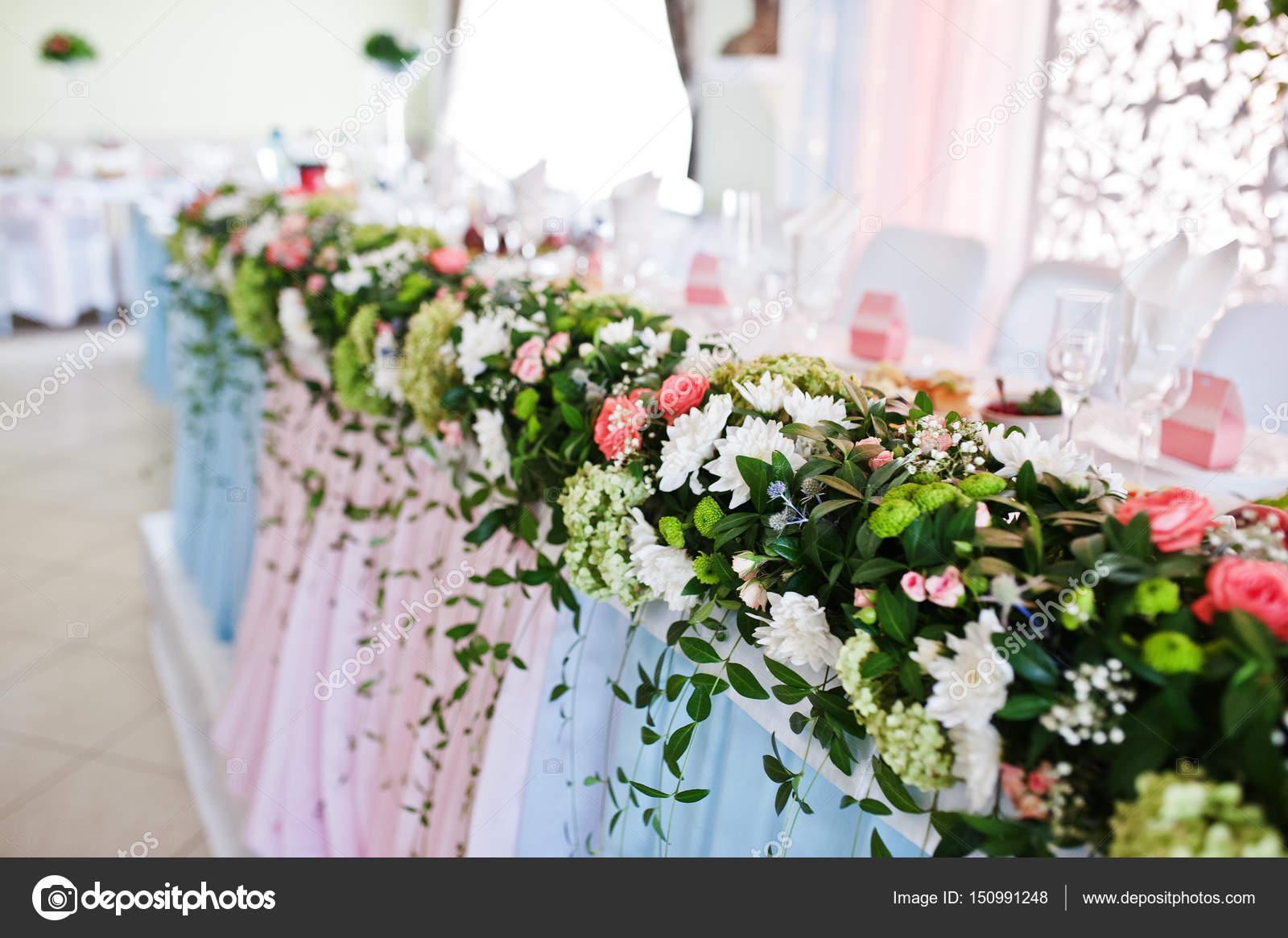 Dekor Mit Blumen Auf Hochzeitstisch Von Brautpaaren Stockfoto C Asphoto777 150991248