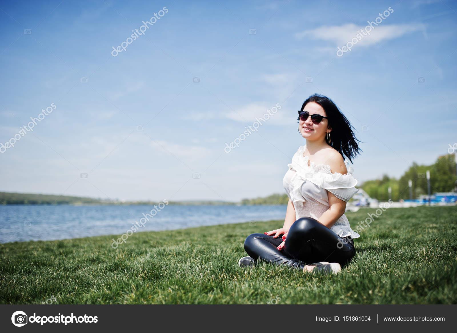 3bba4c685d5e8 Weiße Und Brünette — Stockfoto BluseSo Mädchen Damen Lederhosen u3Tl1JcFK