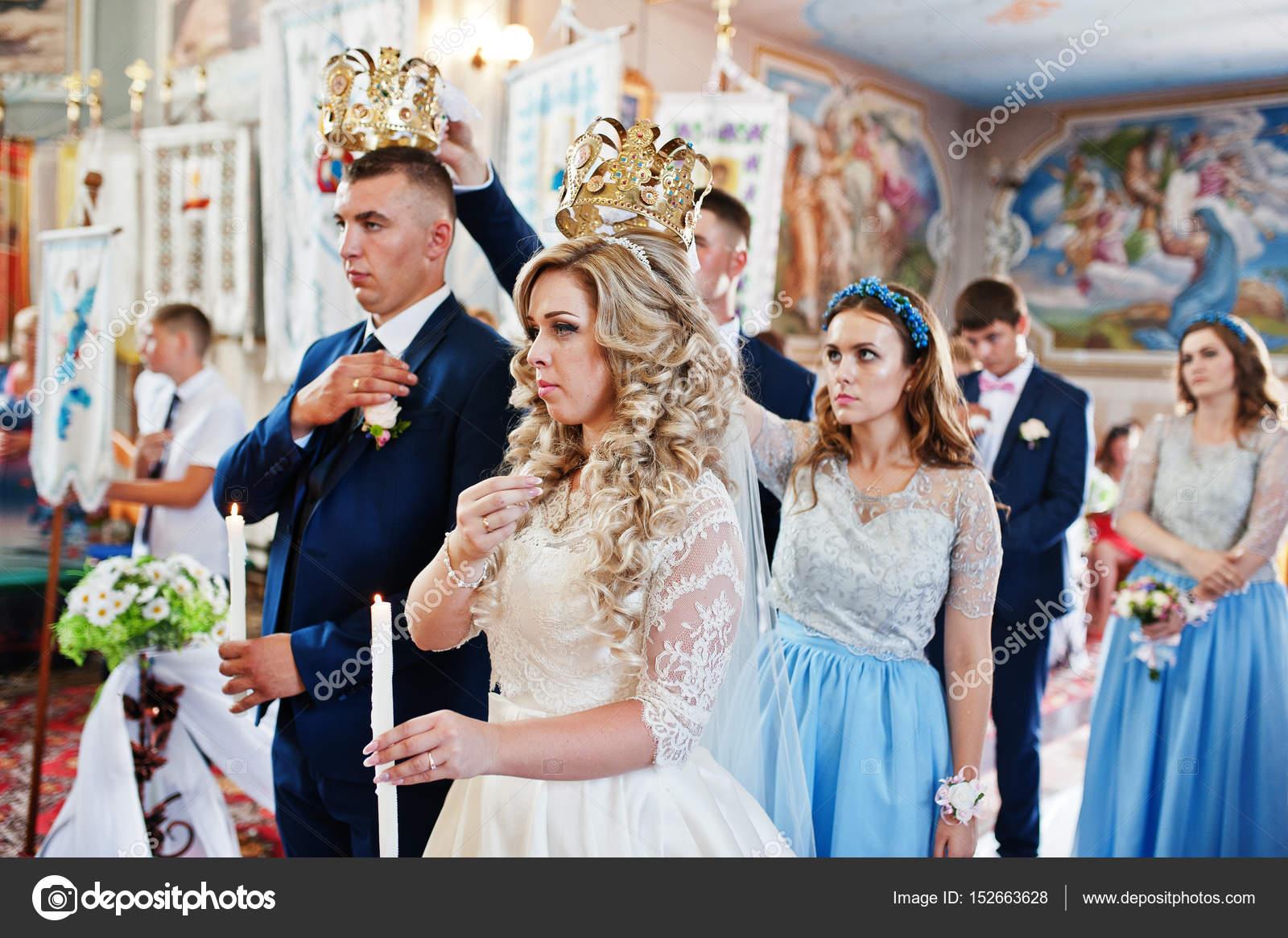 Couple De Mariage Avec Les Demoiselles D Honneur Sur Bleu