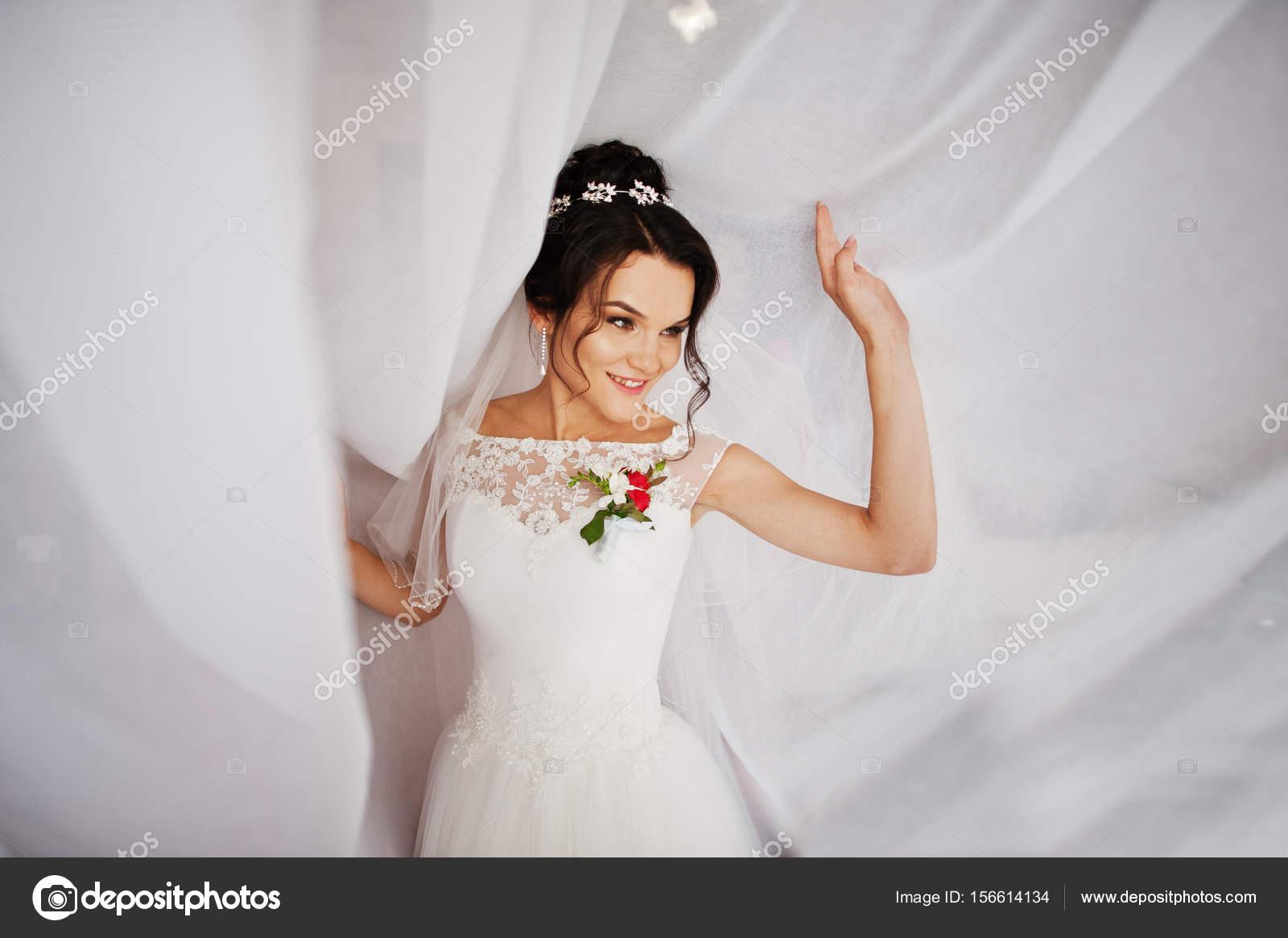 857280a2b462 Posa con il tulle per la sua sessione di foto di nozze della sposa  fantastica. Ritratto — Foto di ASphoto777