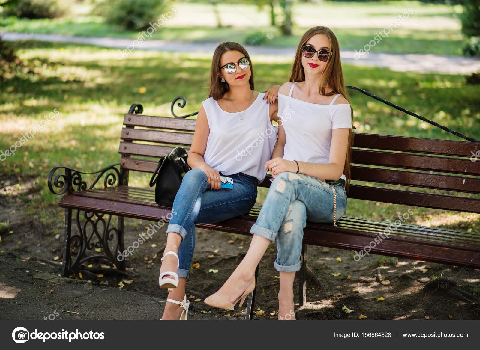 Auf Der Bank Sitzen