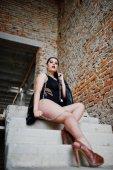 Fotografie Tragen Sie Brünette Plusgröße sexy Frau schwarze Einteiler und leath