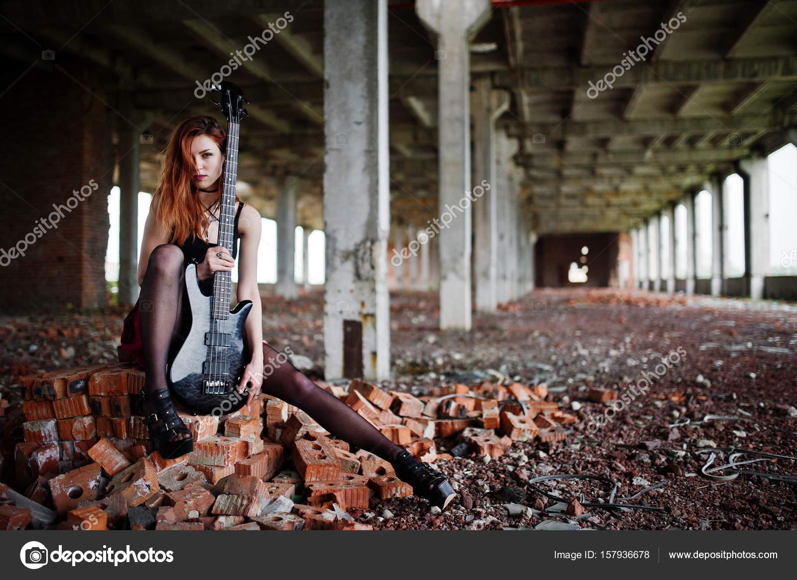 d2636867e Chica punk pelo rojo desgaste en falda roja y negra, con guit bajo ...