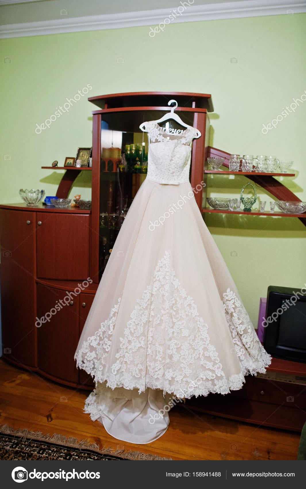 Atemberaubenden Brautkleid hängen Kleiderbügel im Zimmer — Stockfoto ...