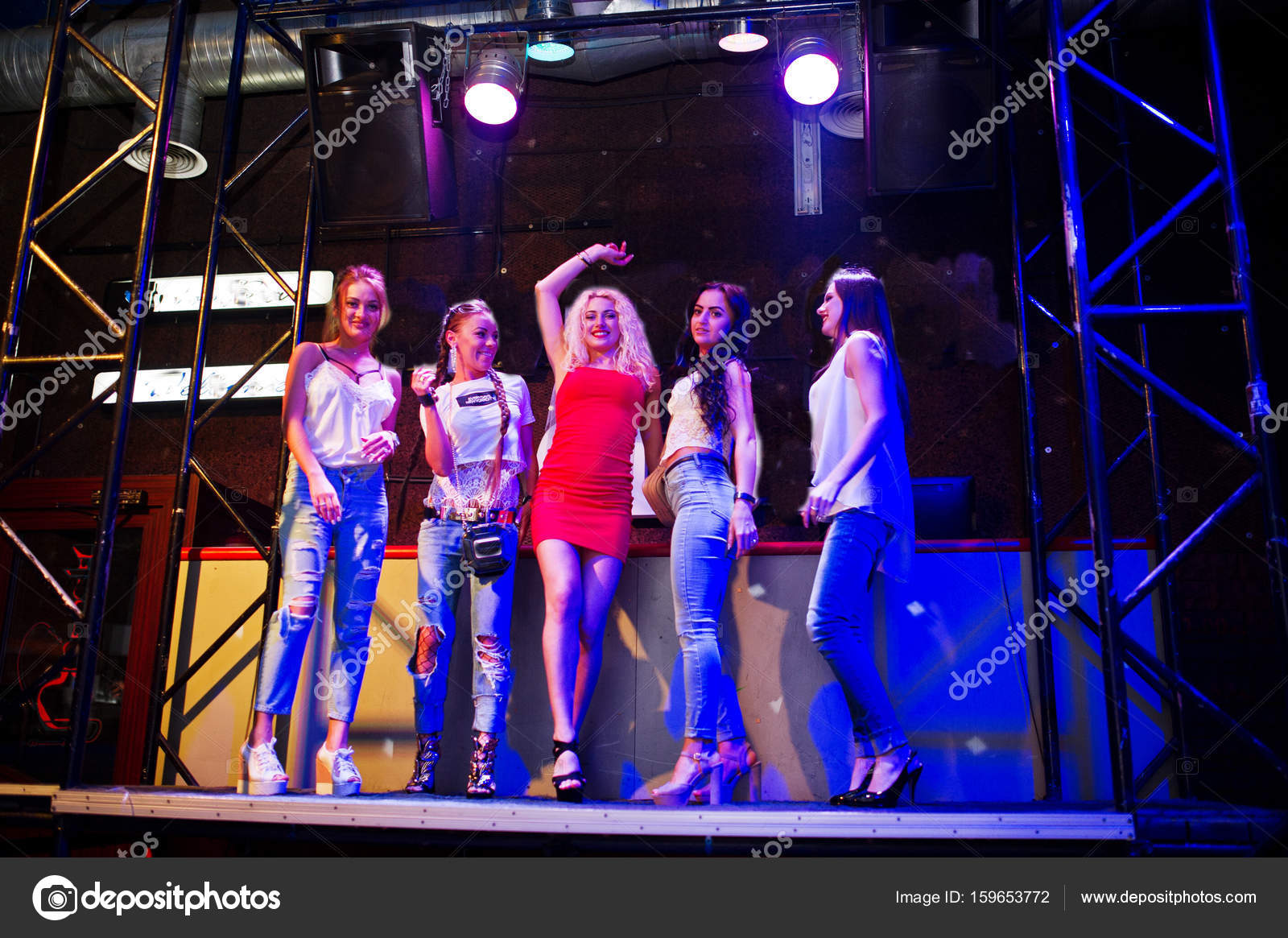 Impresionante novia en vestido rojo bailando en el escenario con las ...