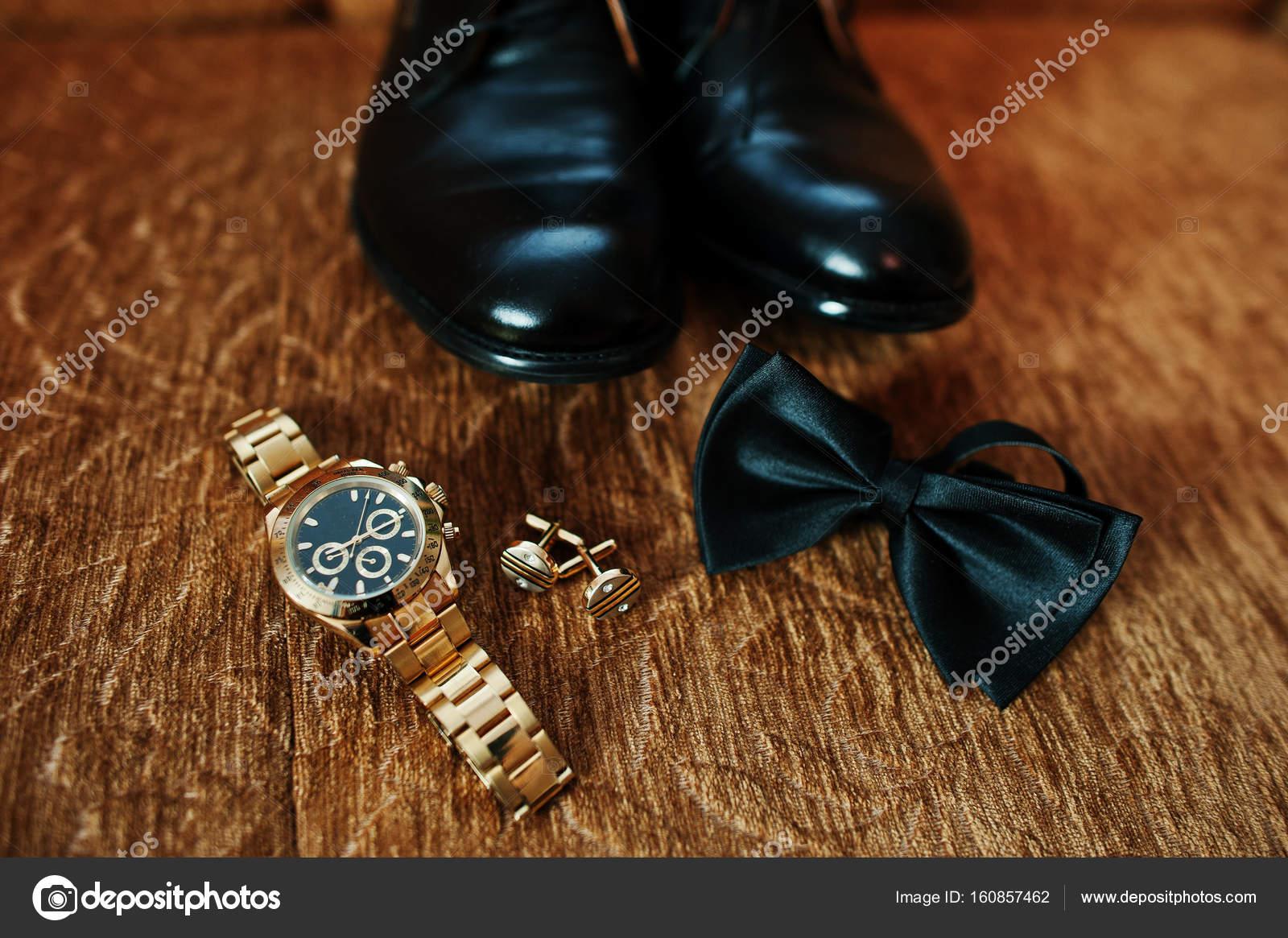 Bräutigam Hochzeit Goldene Uhr Fliege Schwarze Schuhe Und