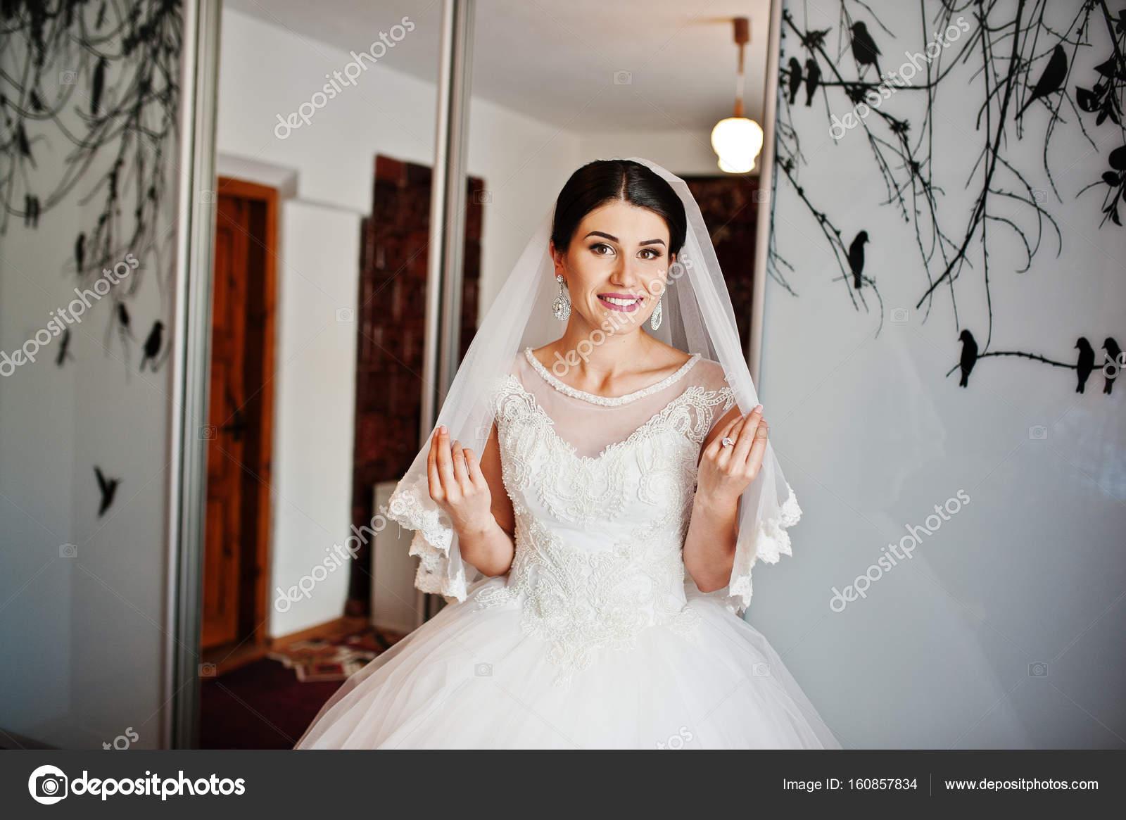 Schön und sanft Braut in ihrem wunderschönen weißen Hochzeit ...