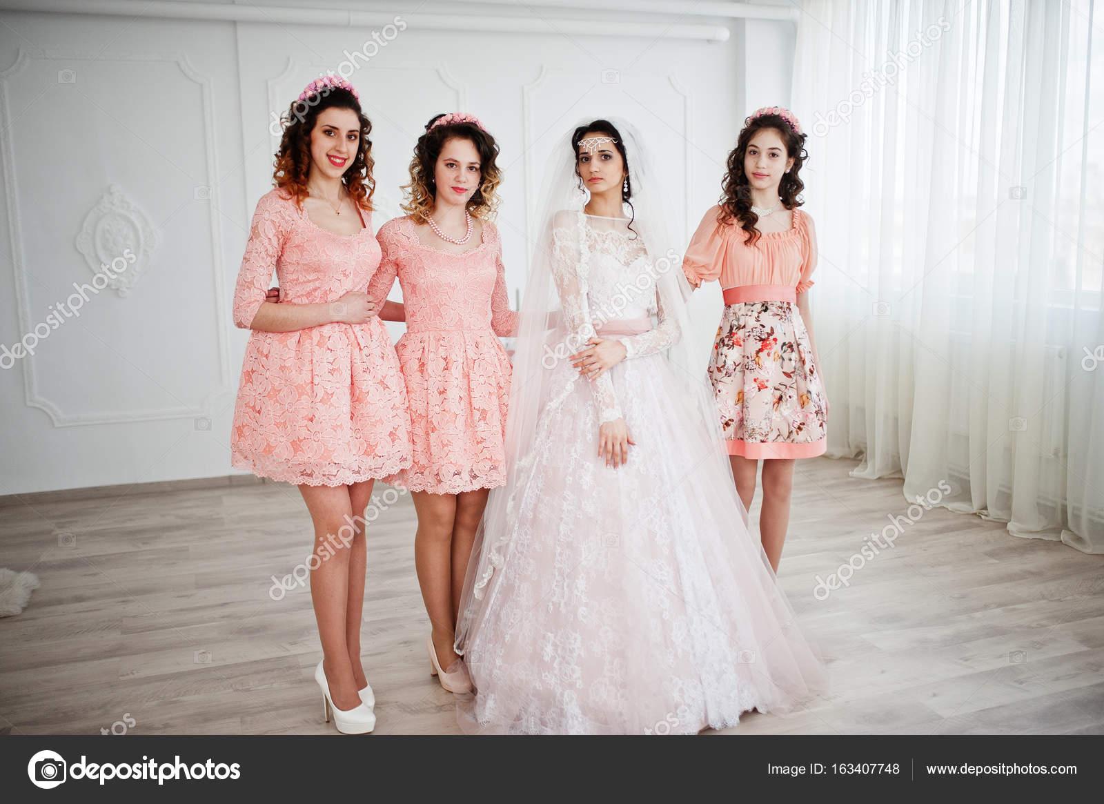 Fantástica novia posando en vestido de novia brid bastante útil ...