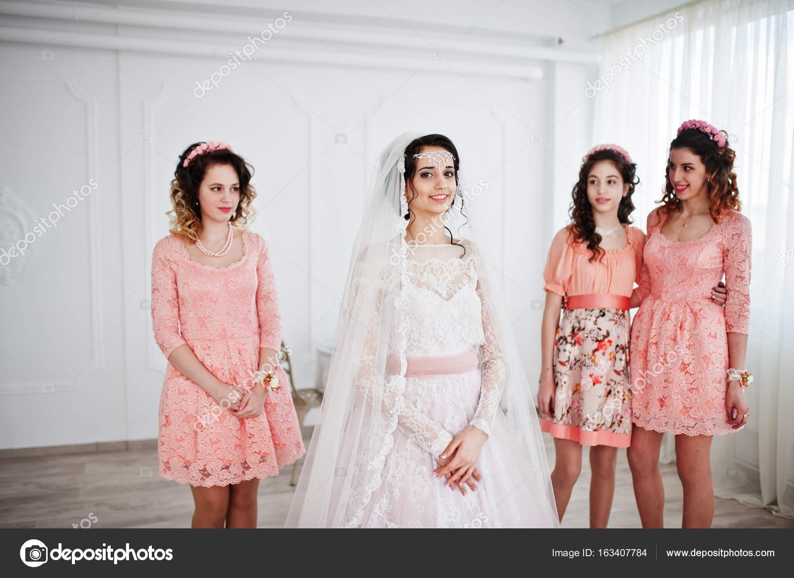 433235572f0a Fantastický nevěsta pózuje ve svatebních šatech s užitečné hezká brid– stock  obrázky
