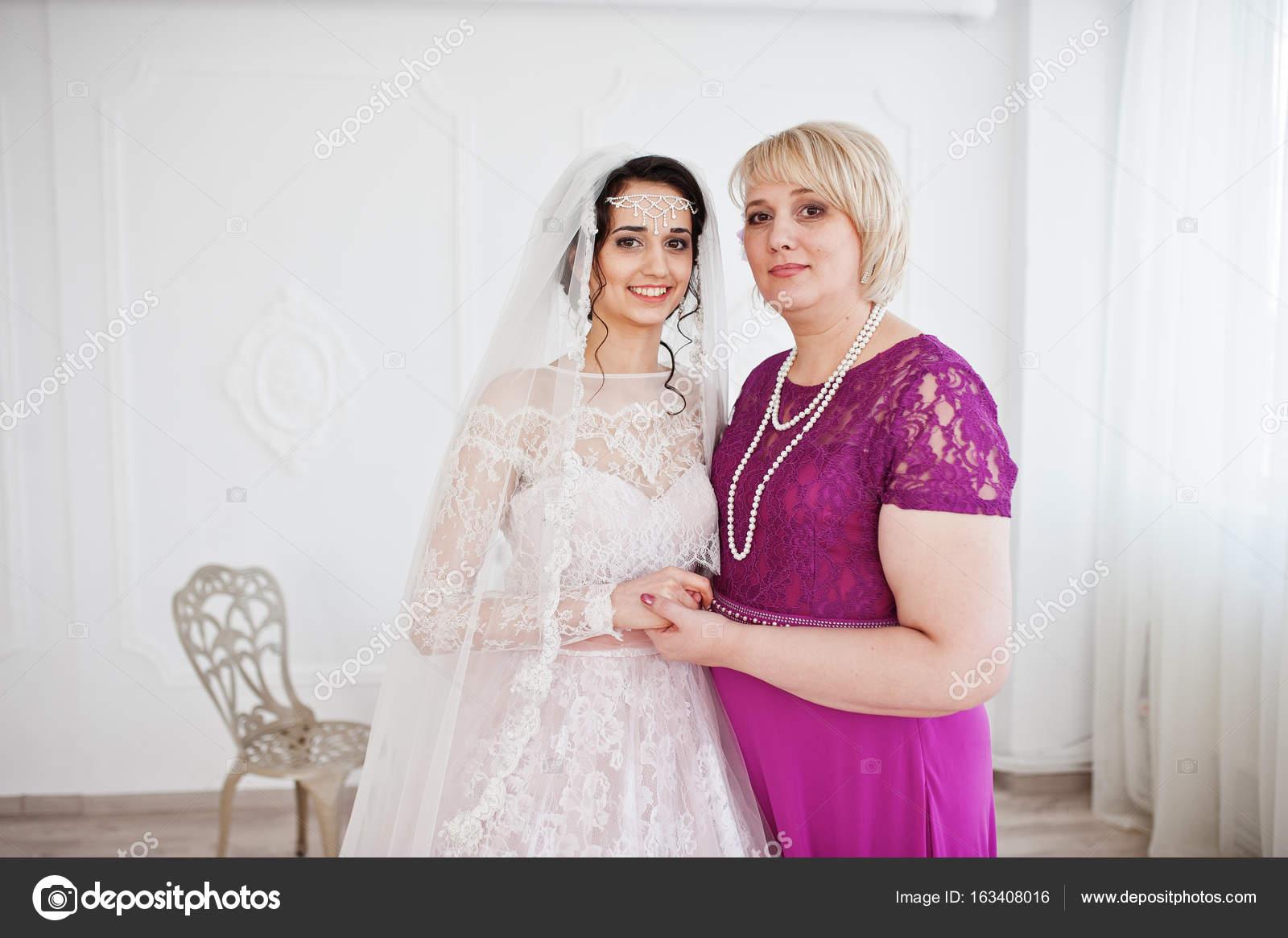 Krasna Nevesta Svatebni Saty Pozuje Se Svou Matkou V Purple Lo