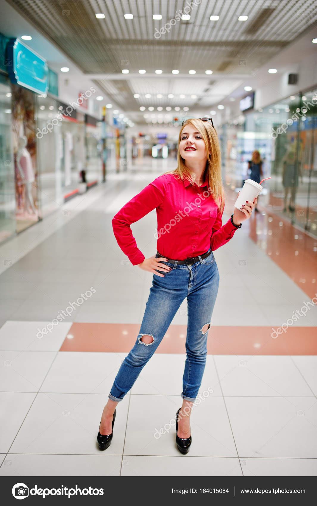 online store 23335 9de5a Ritratto di una donna splendida in camicia rossa e jeans che ...