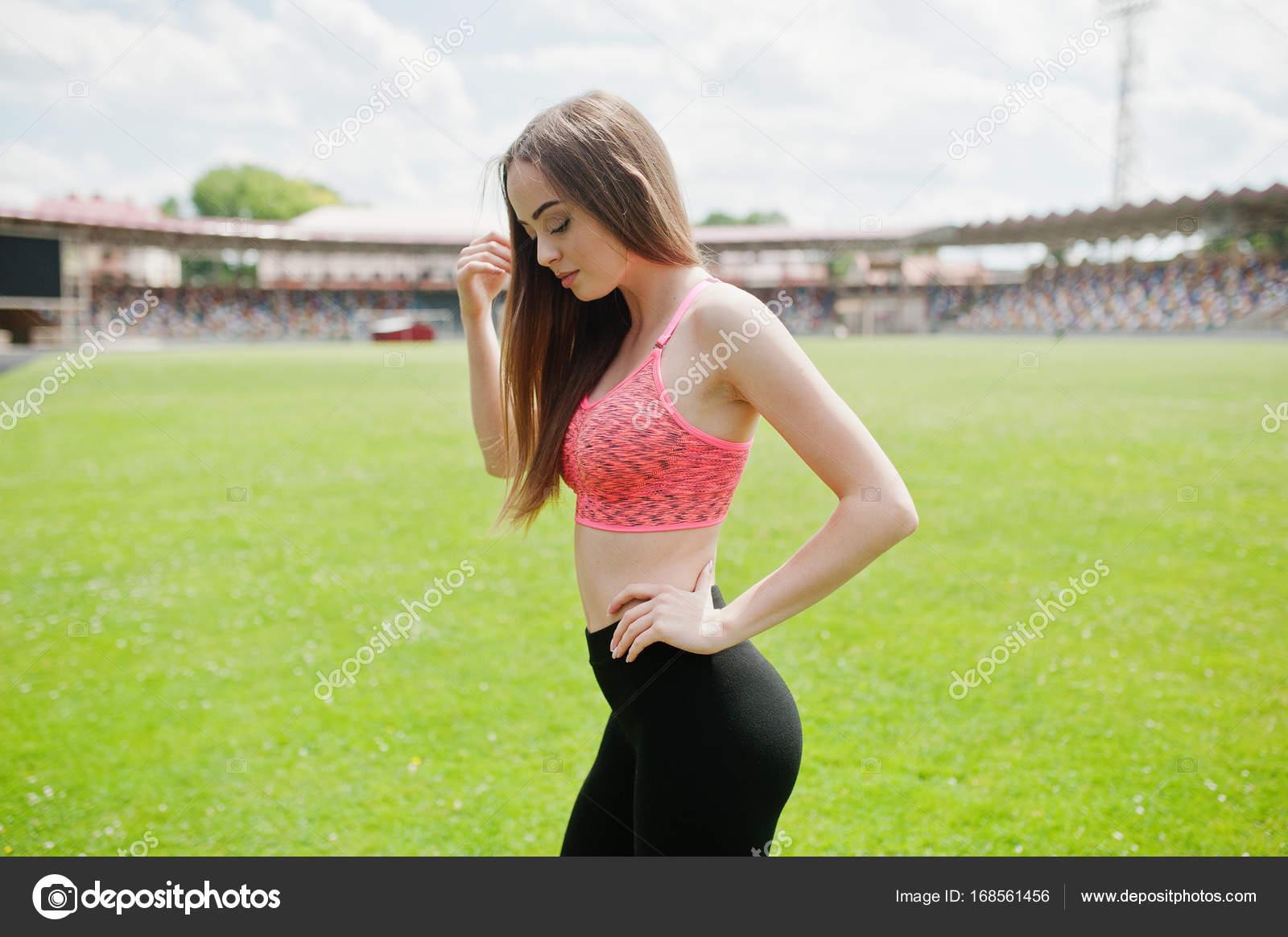 acf9c3b76459 Chica deportiva fitness ropa deportiva en un estadio de fútbol al ...