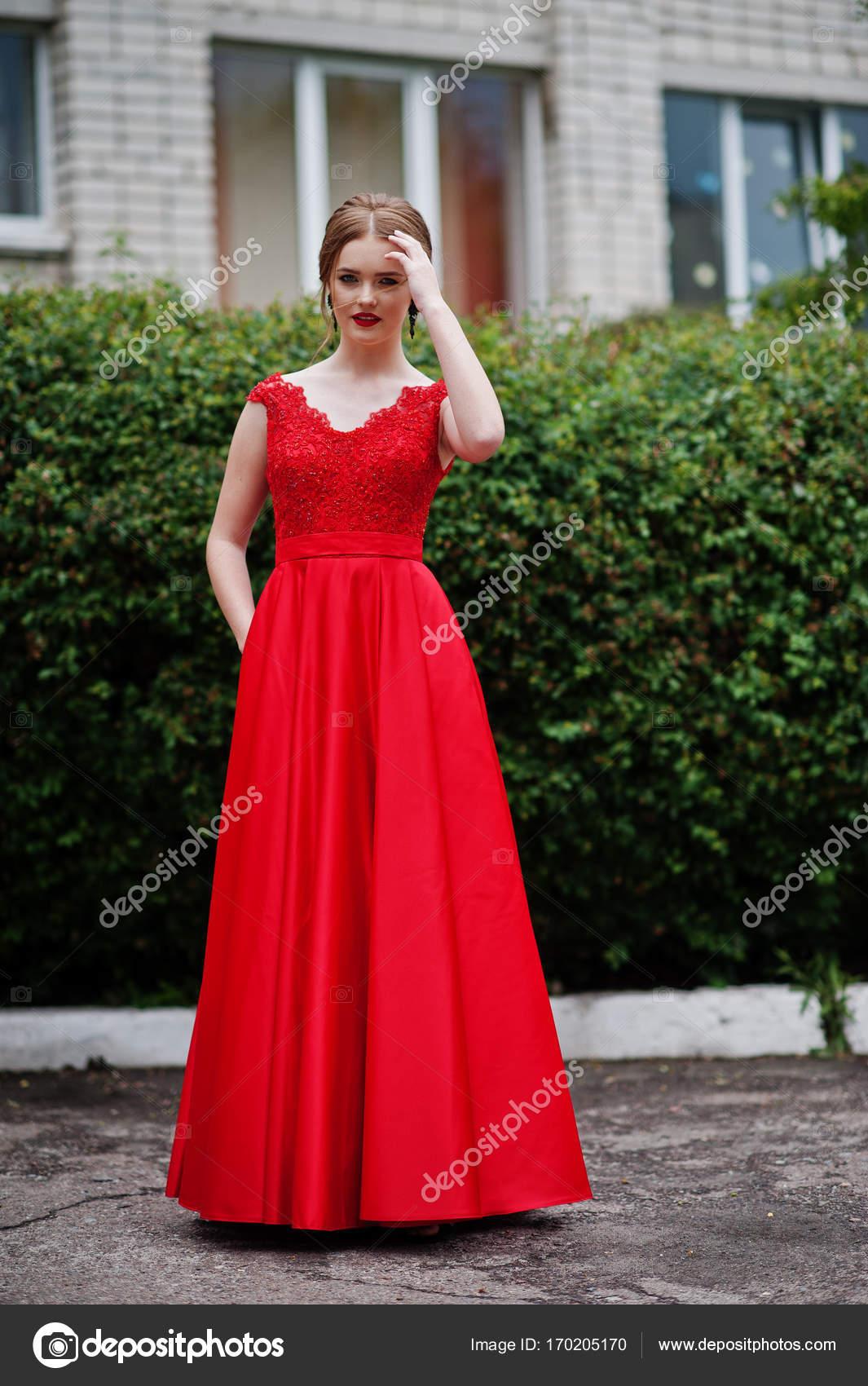 02489187e7d Портрет девушки Красивая и нежная в элегантное платье позирует o– Стоковое  изображение