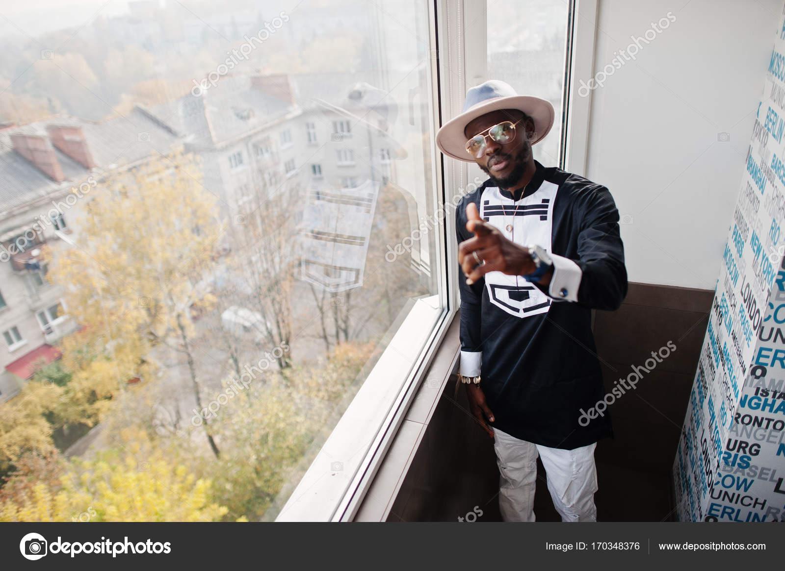 Homme africain riche en regardant la fen tre panoramique for La fenetre panoramique