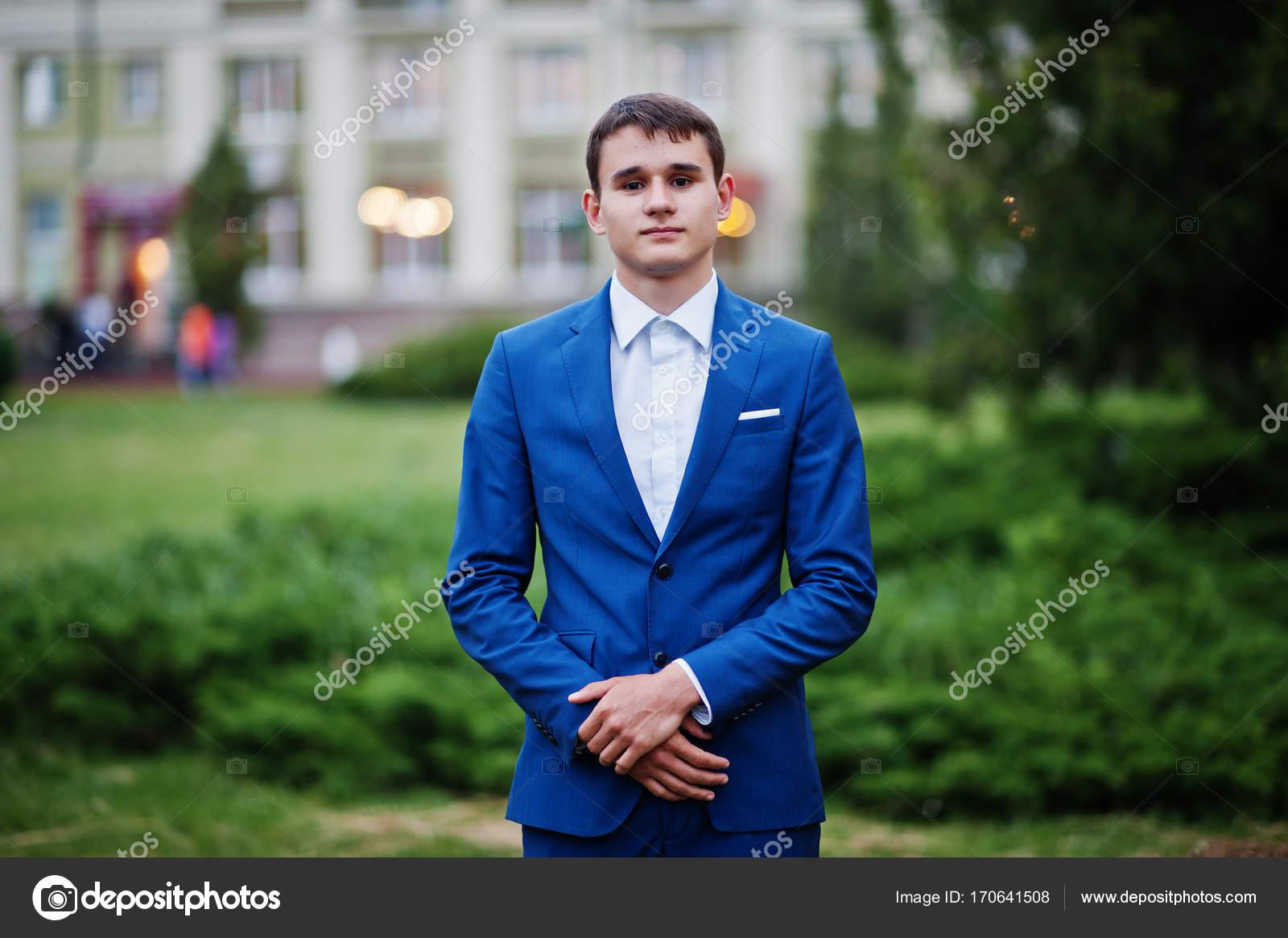 Porträt von einem schönen jungen Mann gekleidet in coolen Anzug ...