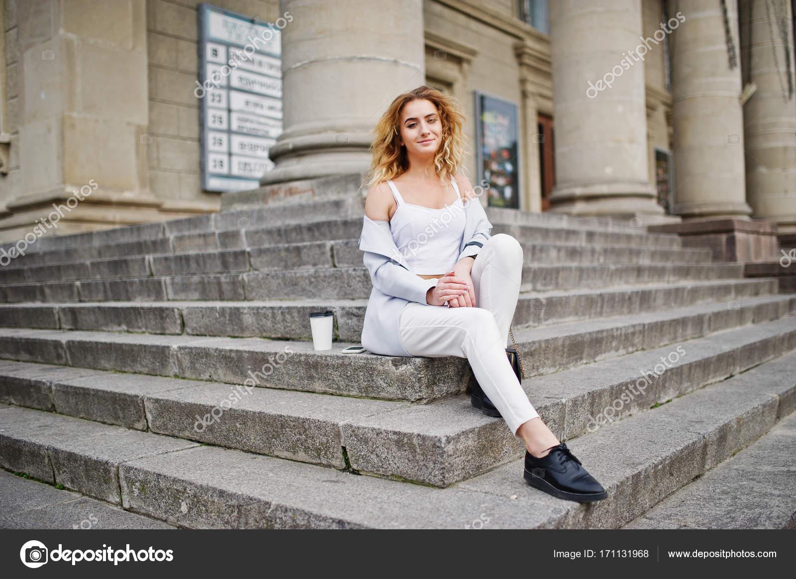 девушка блондинка с кофе