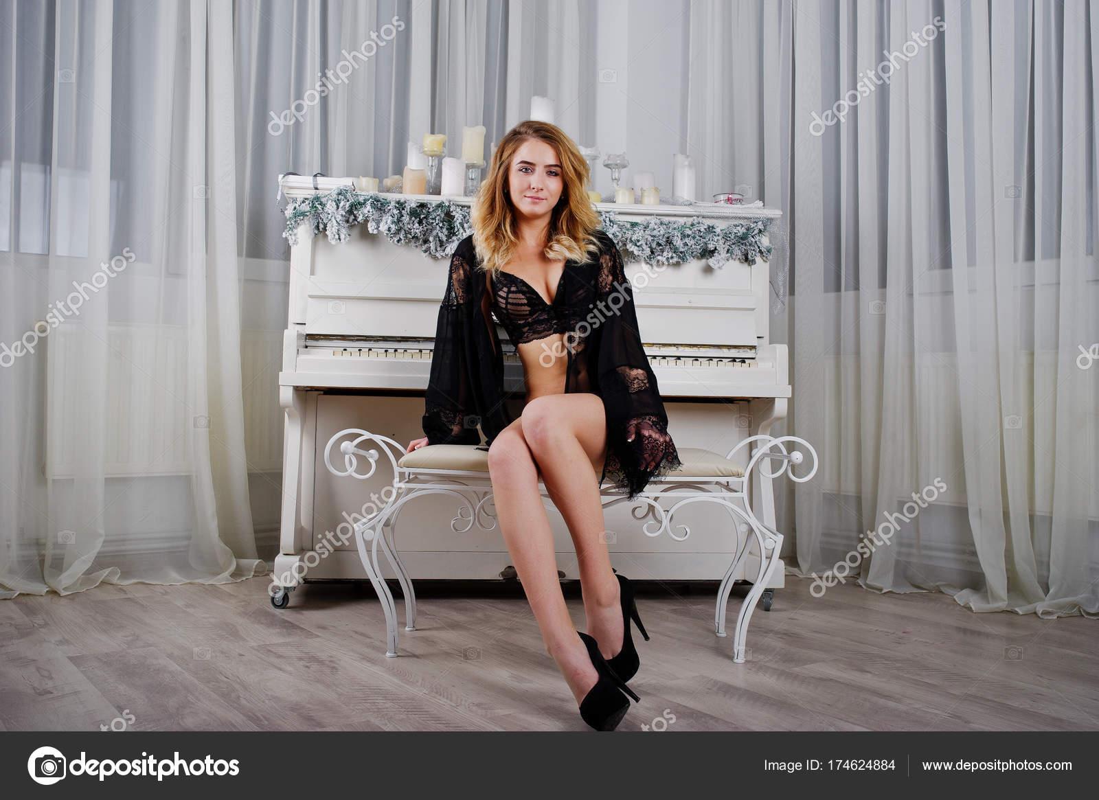 Blonde High Gegen Sexy Heels In Schwarzen Weiß Modell Und Dessous b6f7yg