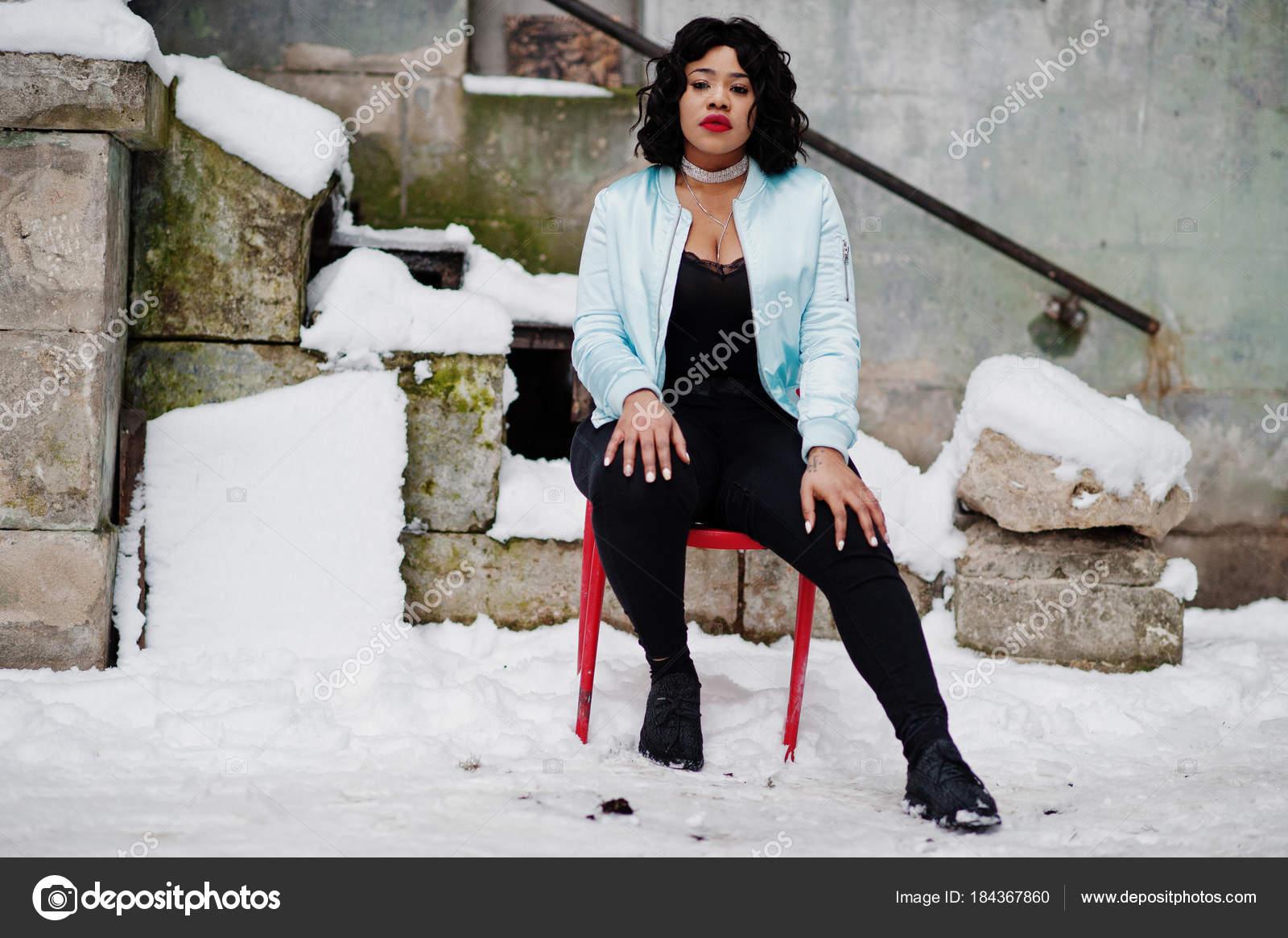 Modèle De Ou Plus Taille Assis Style Afro Chaise Rouge Sur La OPuTXkZi
