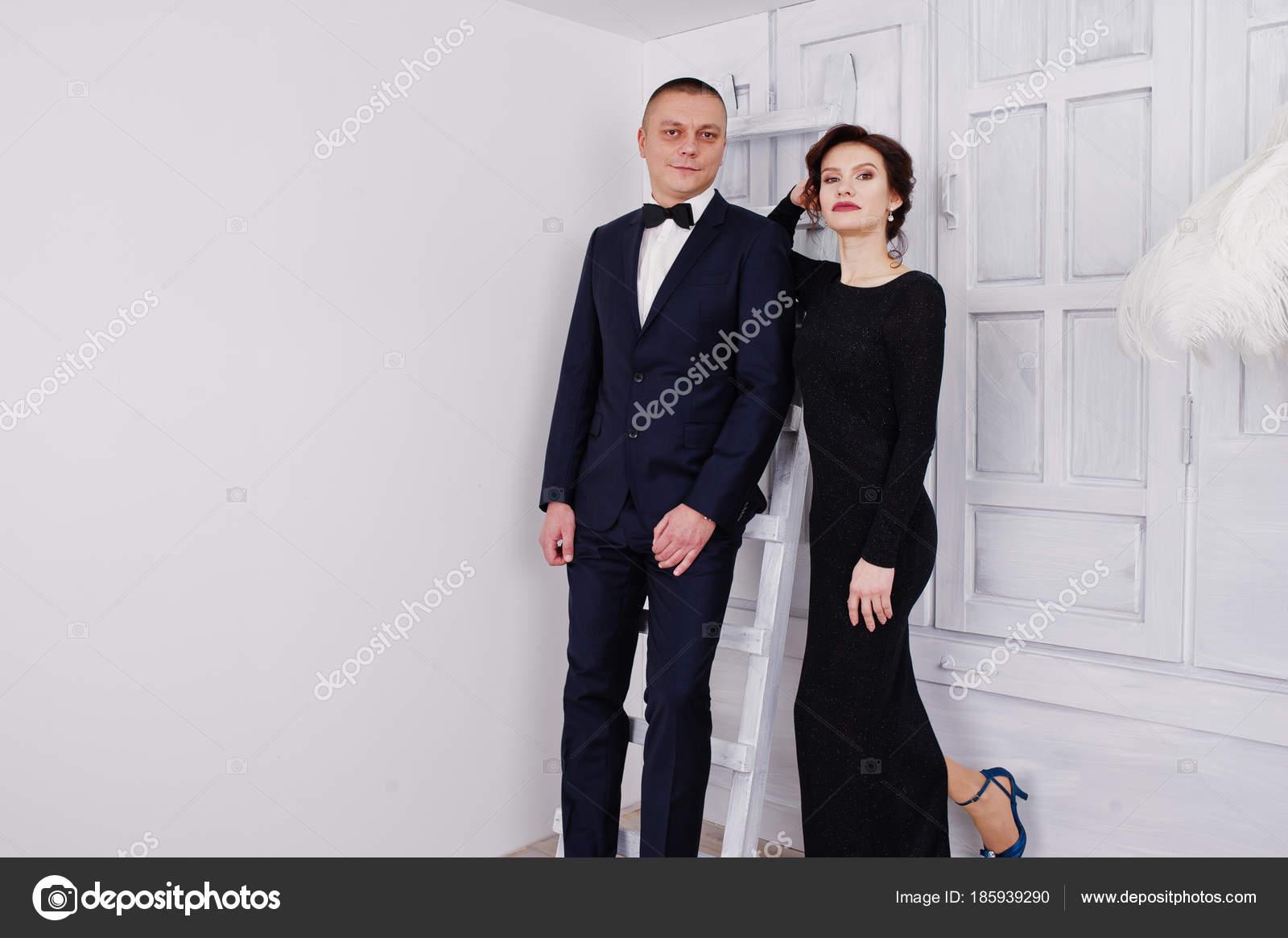 Robe Noire Femme Avec D'élégance Costume Posée Soirée En De Homme wXw4EYrBxq