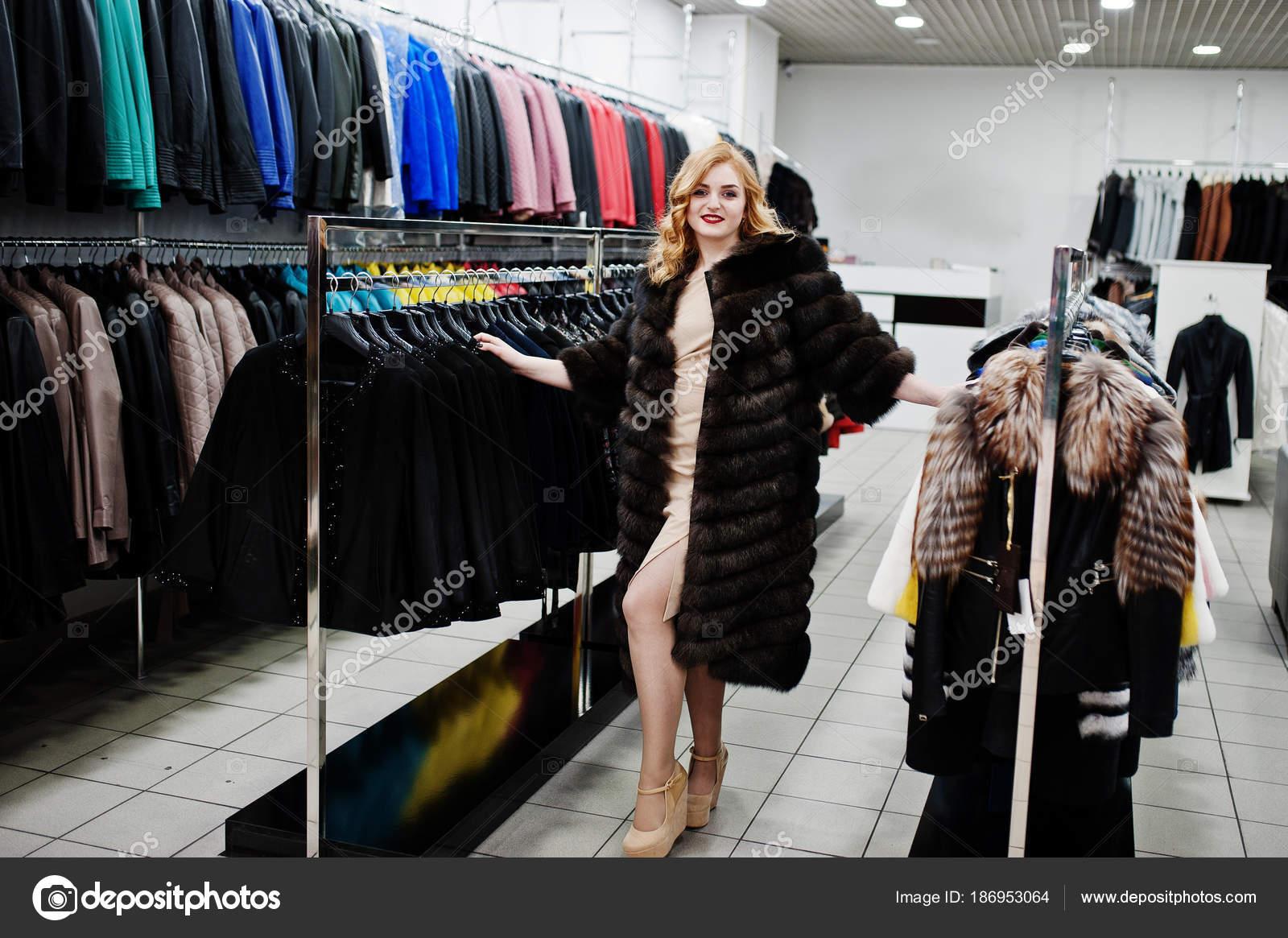 Para estrenar 941c7 e8a8b Chica rubia elegancia en abrigo de piel en la tienda de ...