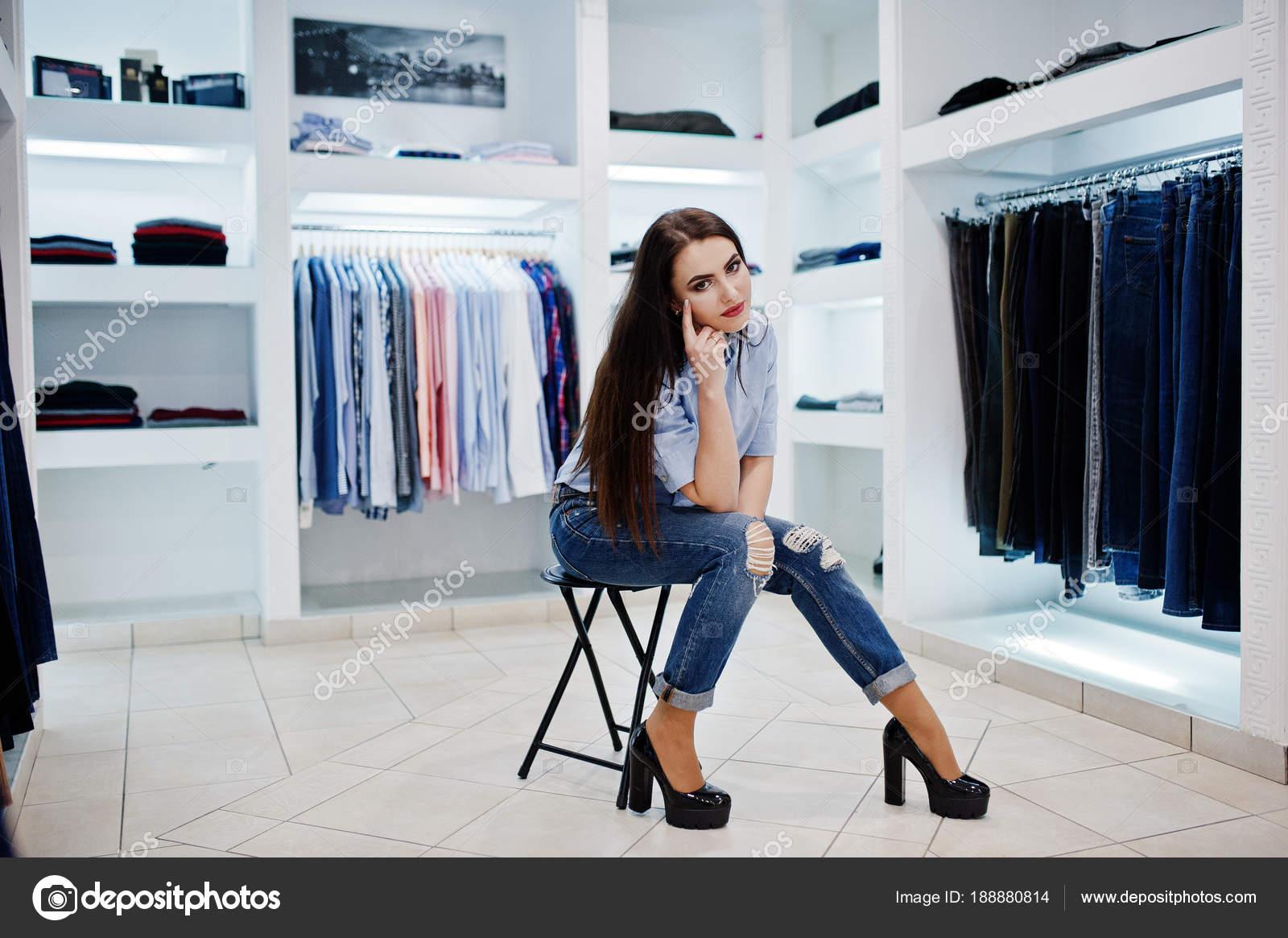 16cdaed8c68 Nádherná brunetka v butiku obchod oblečení na neformální oblečení —  Fotografie od ...