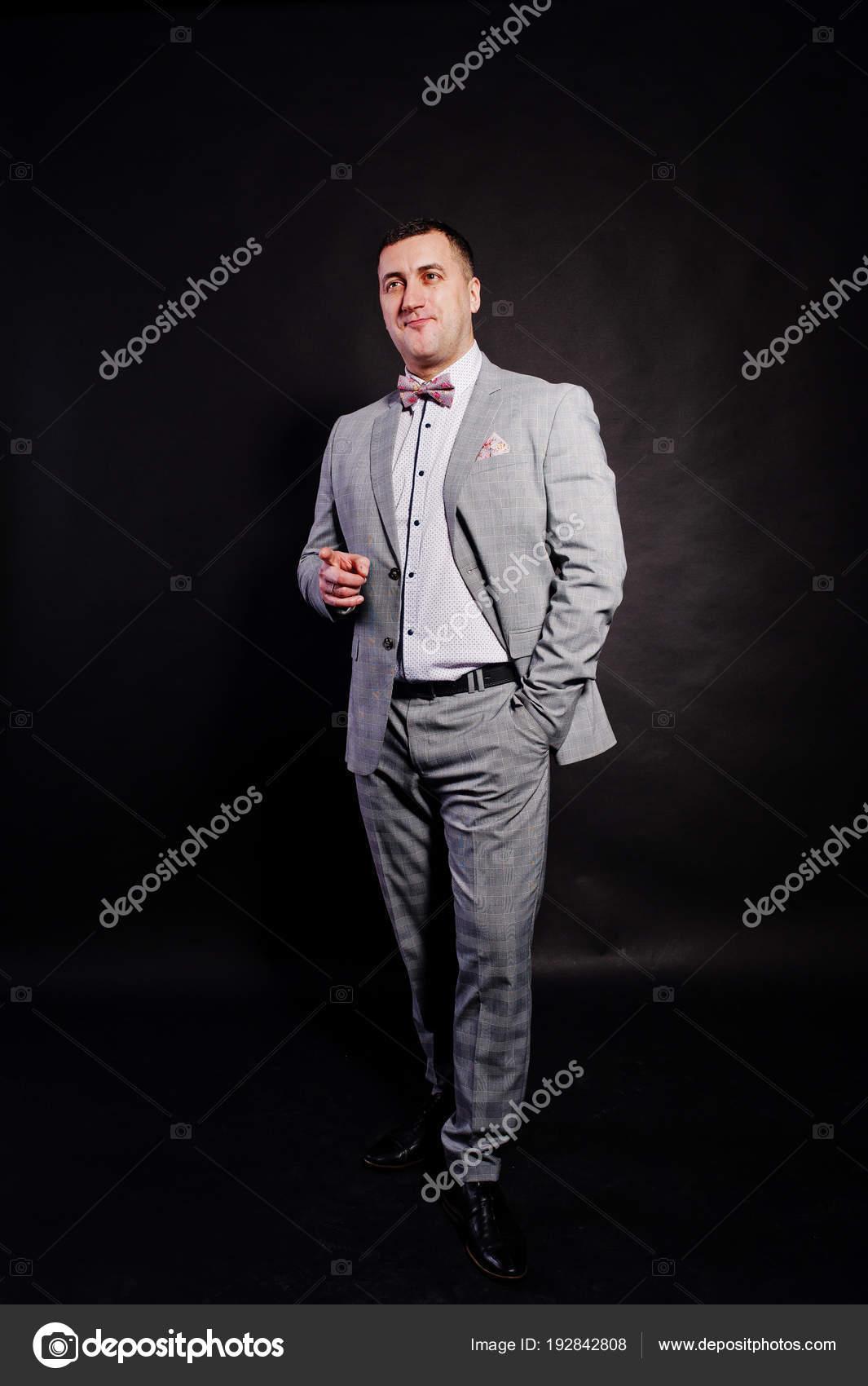 suchen toller Wert Spitzenstil Studio-Porträt der Mann im grauen Anzug und Fliege mit ...