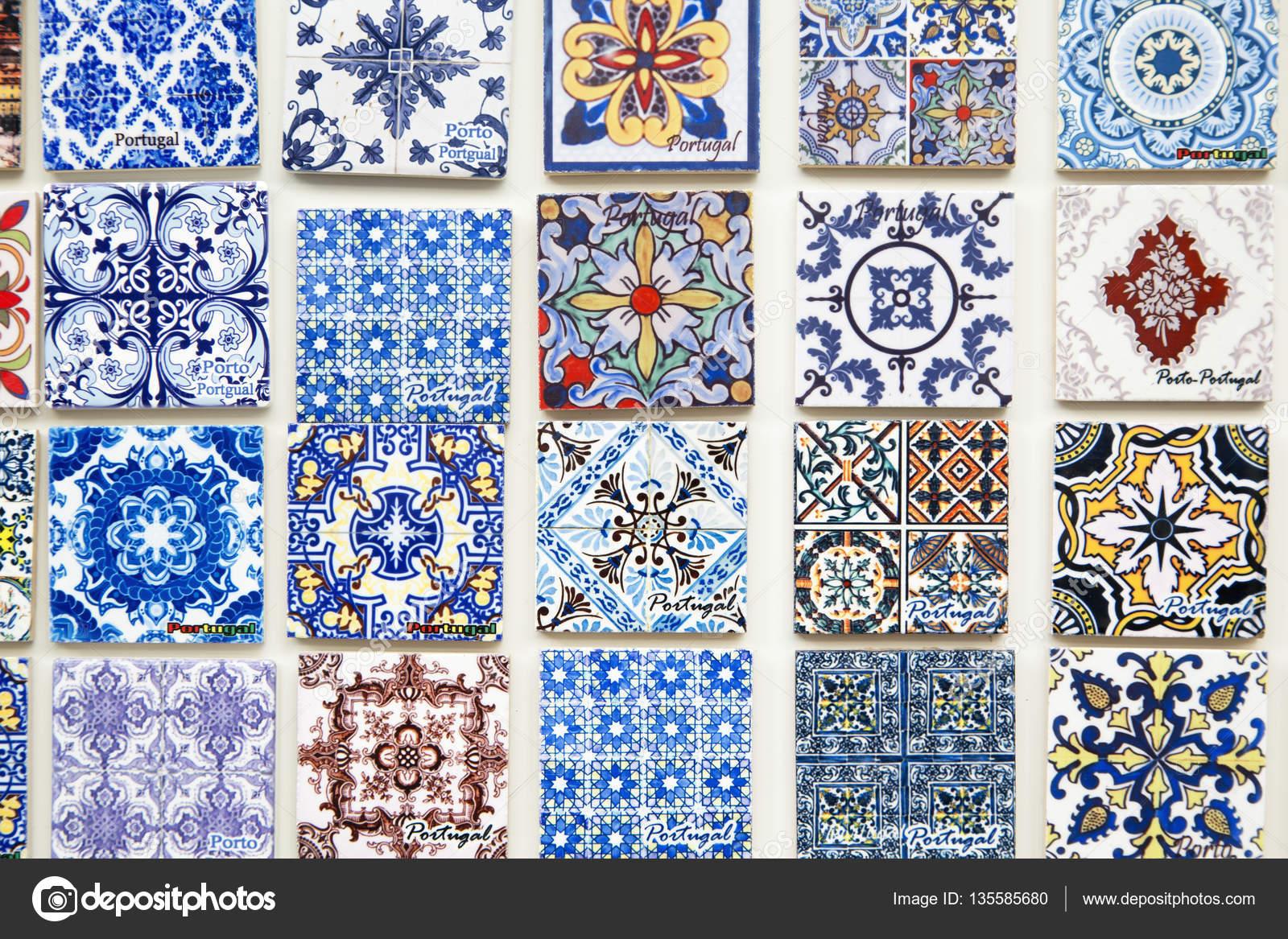 Touristische souvenirs reproduzieren portugiesische kacheln in porto redaktionelles stockfoto - Azulejos portugueses comprar ...