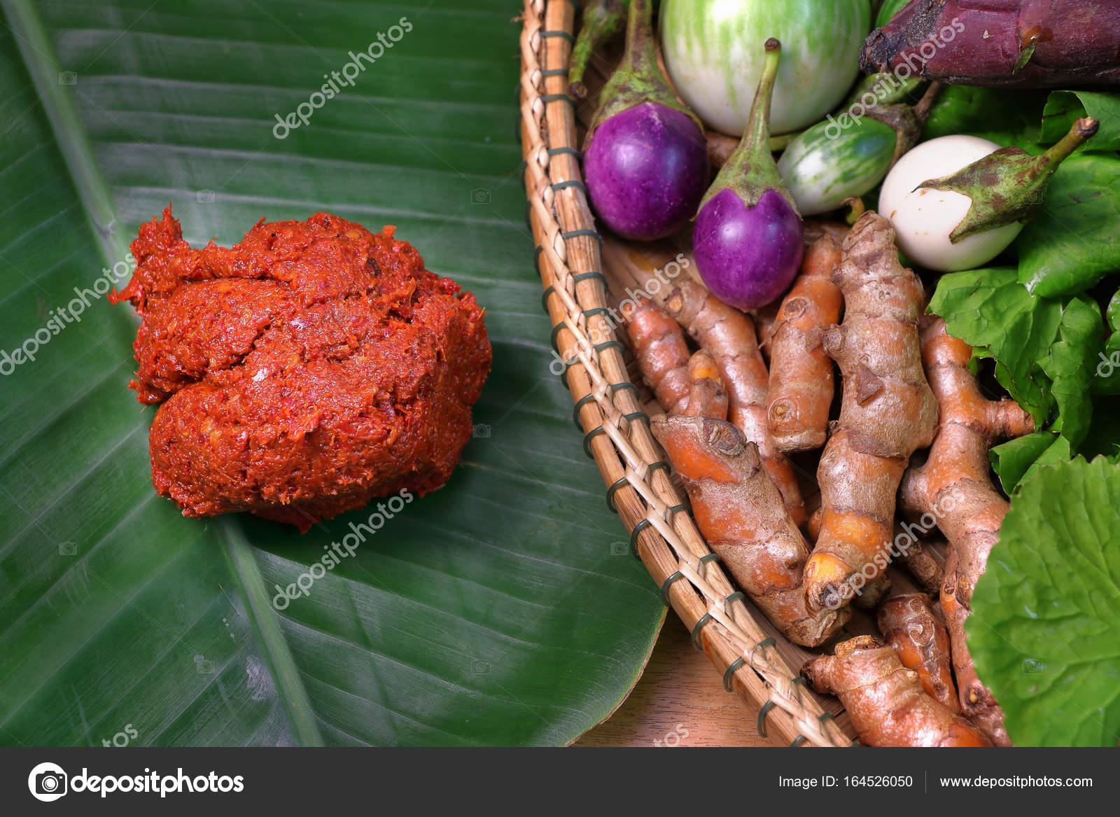 pâte de cari rouge sur feuille de bananier avec des légumes dans le