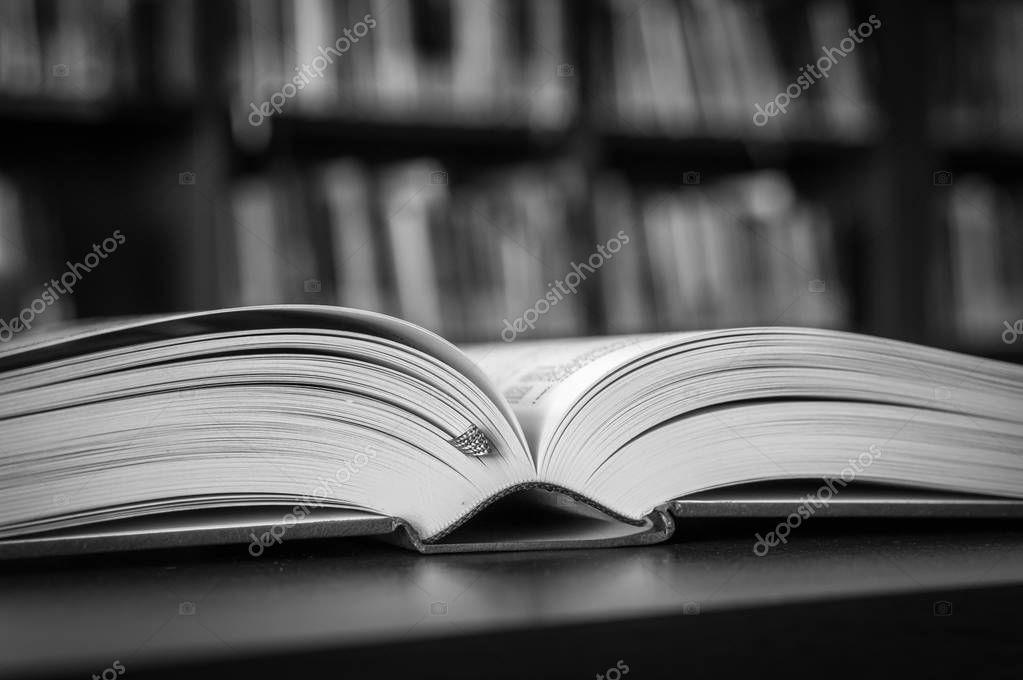 Noir Et Blanc Livre Ouvert Sur La Table Dans Une