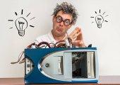 Pazzo ingegnere o scienziato riparazione computer con simbolo della lampadina
