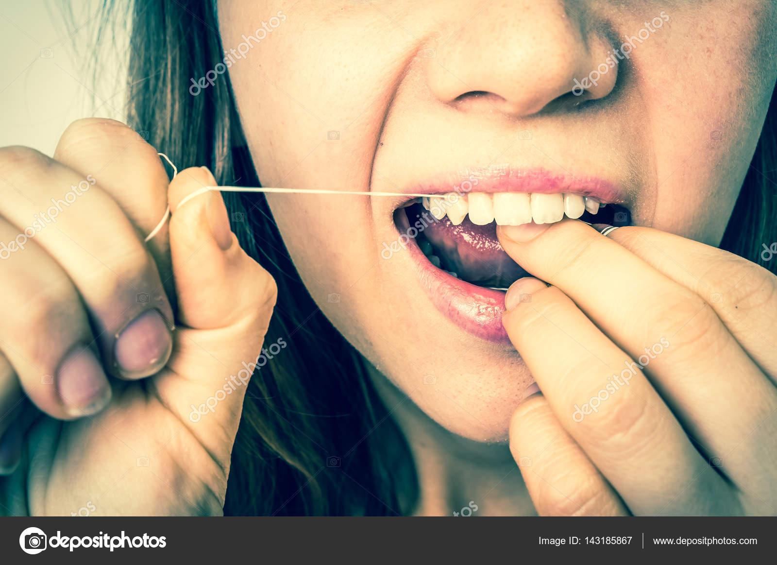 eac66fd4e Mulher de limpeza dos dentes com fio dental - estilo retro — Fotografia de  Stock