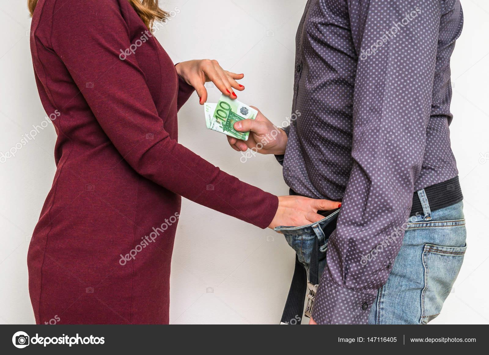 mujer paga por sexo