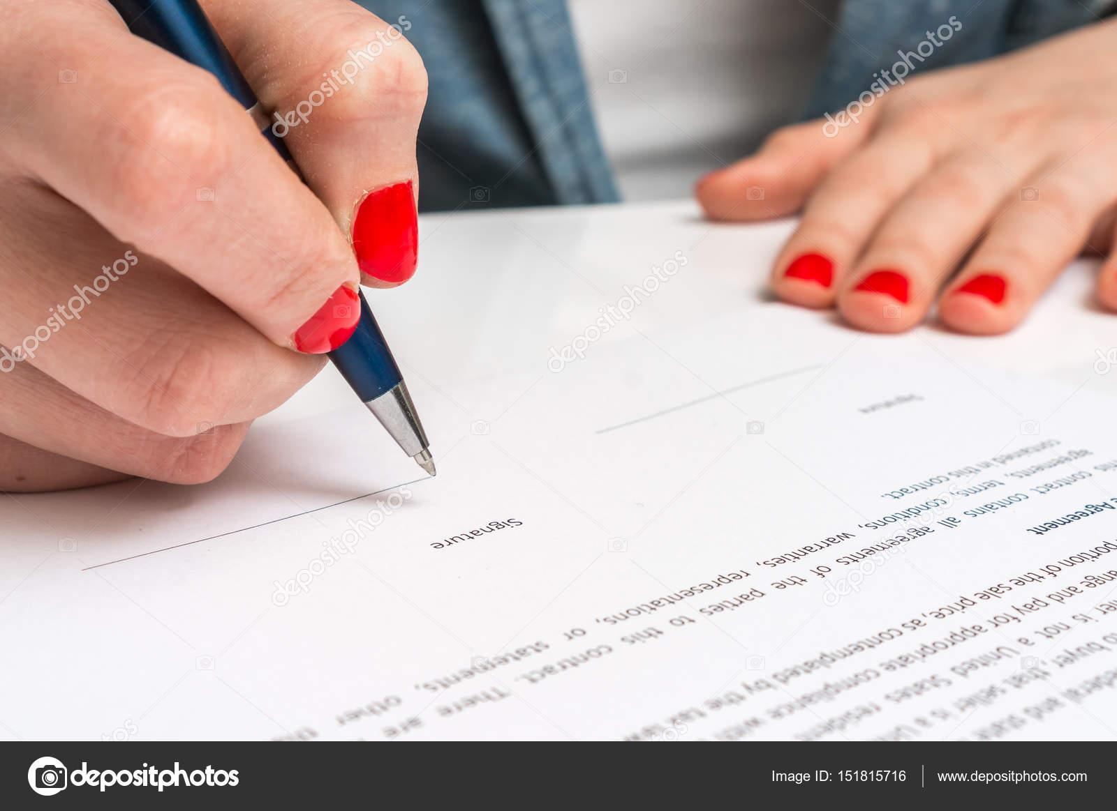 Frau Mit Kugelschreiber Vertrag Unterschreiben Stockfoto