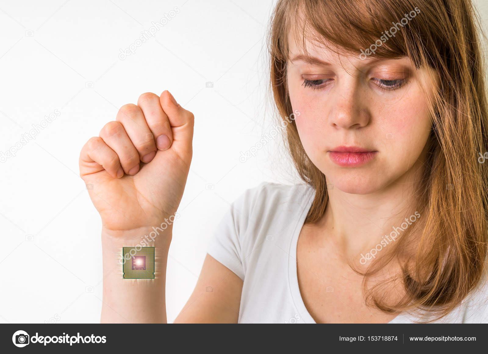Bionic chip dentro de cuerpo humano - concepto de cibernética — Foto ...