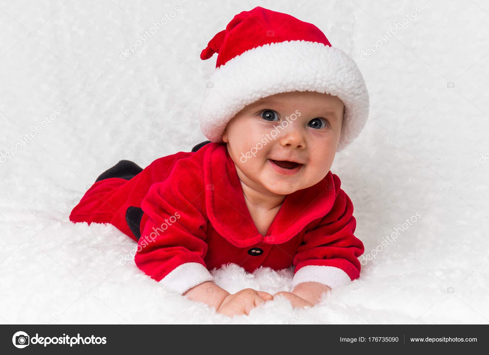 Navidad para bebés en traje de Santa Claus en manta blanca — Fotos de Stock c51947255072