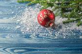 Dřevěné pozadí s jedle větev a Vánoční cetka. Kopírování lázně
