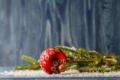 Vánoční dekorace s borovice na modré