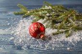 closeup vánoční koule s větví borovice