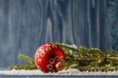 Červená vánoční ozdoba koule, jedle dekorace
