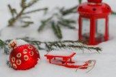 Vánoční Zátiší s míčky, jedle větví a sníh