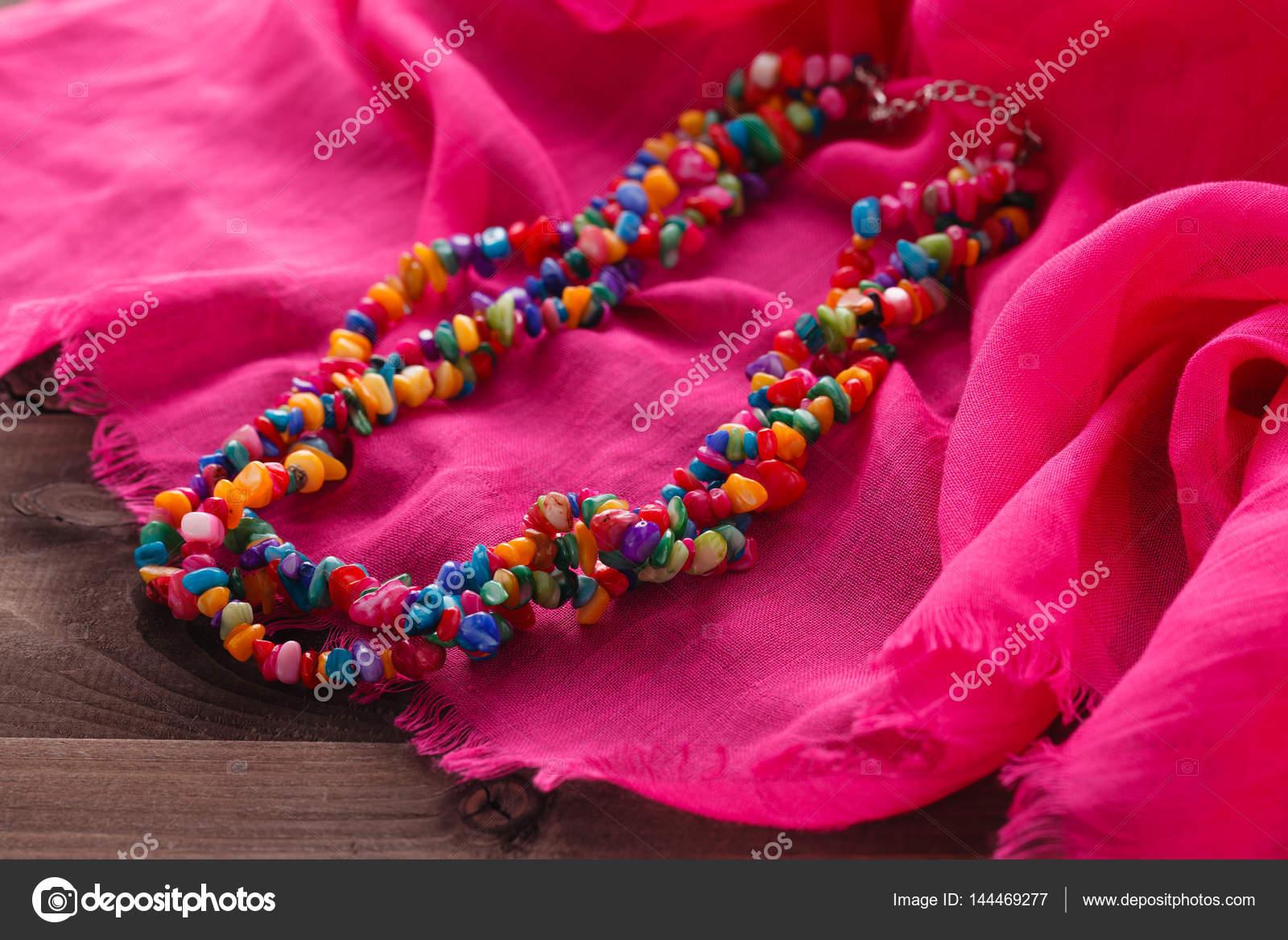 abfcca188 Šperky v orientálním stylu náhrdelník korálky na růžový hedvábný šátek —  Stock fotografie