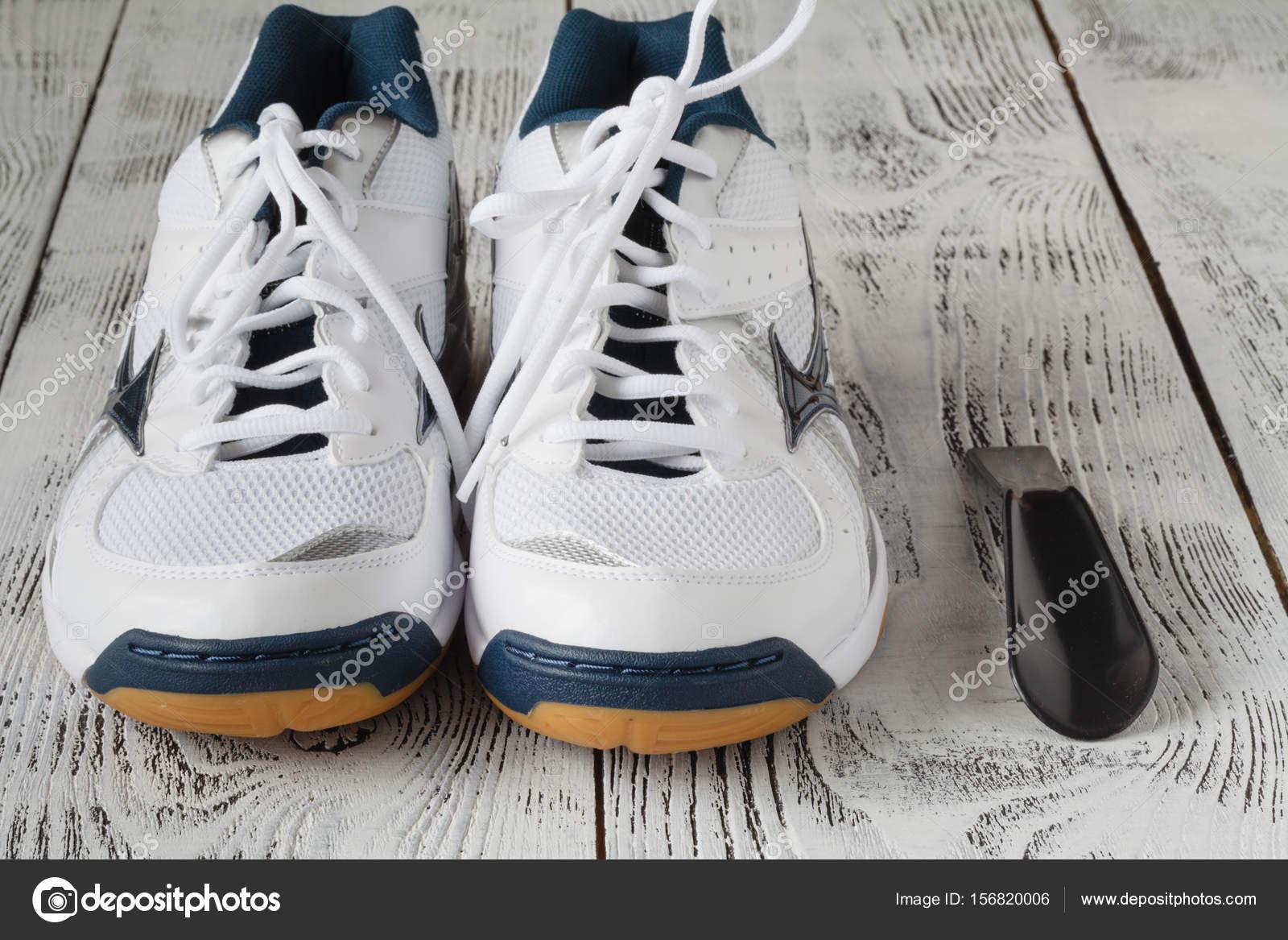 b5db2d442e3 Αθλητισμός, γυμναστήριο, παπούτσια, υποδήματα και αντικείμενα έννοια ...