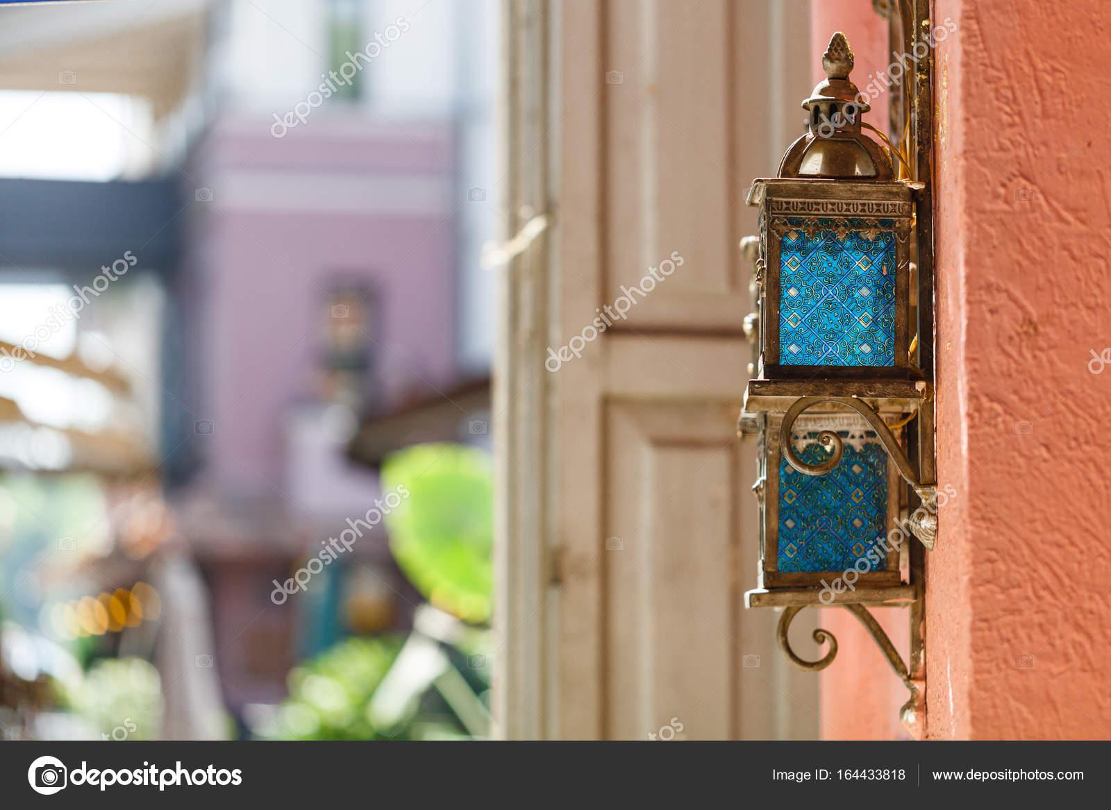 Lanterna Parete Esterno : Lanterna in ferro dell annata sulla parete esterna in street cafe