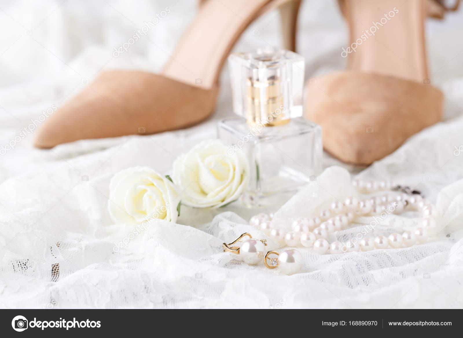 Esküvői csipke harisnyakötő és parfüm vár menyasszony. Szelektív  összpontosít — Fotó szerzőtől AndreyCherkasov 4100e18156