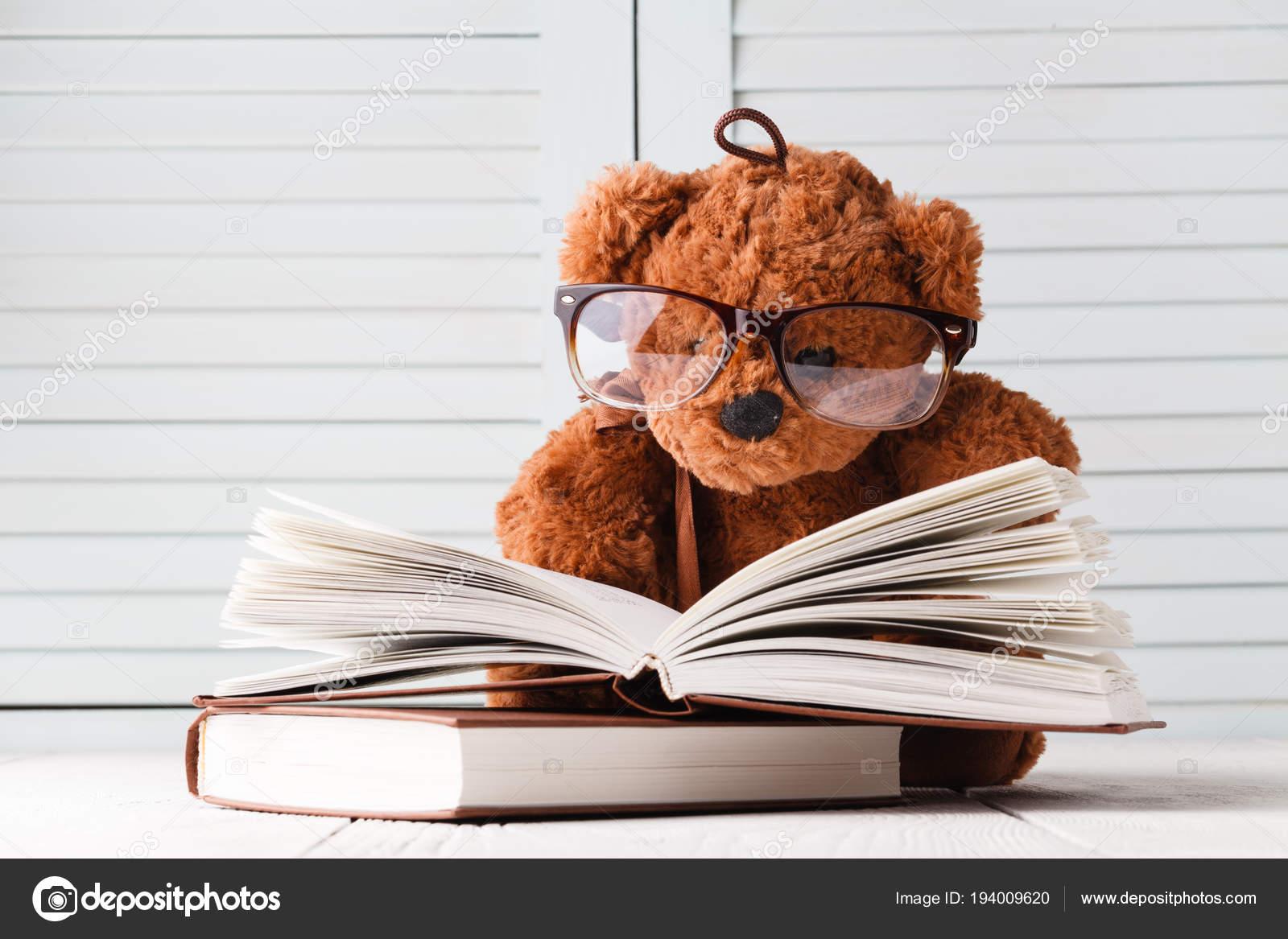 bambino libriFoto del con e Storia Stock orsacchiotto e2IWHYDE9