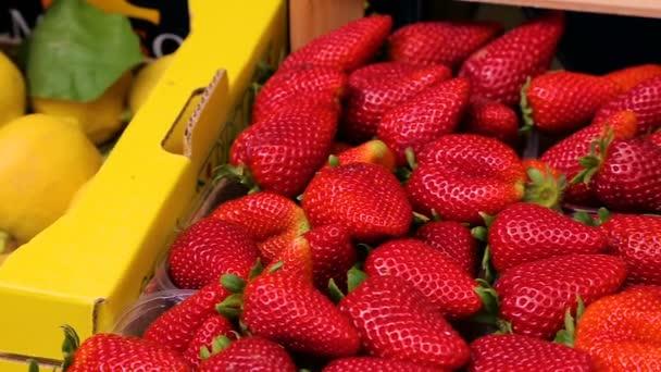 Frische Erdbeeren auf dem Markt hautnah